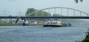 drukke scheepvaart op Amsterdam RijnKanaal